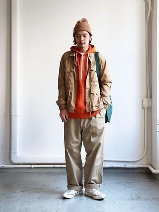 Cómo combinar una sudadera con capucha naranja: Empareja una sudadera con capucha naranja junto a un pantalón chino marrón claro para un look diario sin parecer demasiado arreglada. ¿Quieres elegir un zapato informal? Completa tu atuendo con zapatillas altas de lona blancas para el día.
