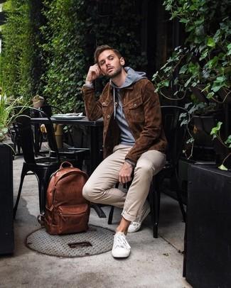 Cómo combinar: chaqueta estilo camisa de ante marrón, sudadera con capucha gris, pantalón chino en beige, tenis blancos