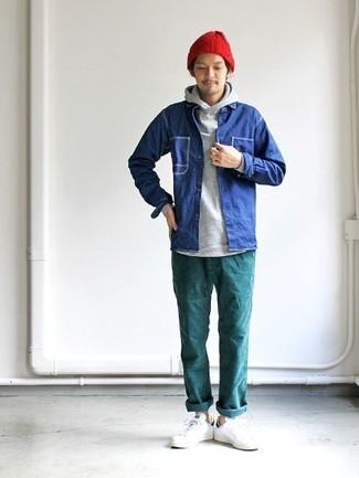 Cómo combinar: chaqueta estilo camisa vaquera azul, sudadera con capucha gris, pantalón chino en verde azulado, tenis de cuero blancos
