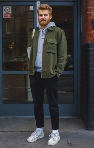 Cómo combinar una chaqueta estilo camisa verde oscuro: Opta por una chaqueta estilo camisa verde oscuro y un pantalón chino negro para crear un estilo informal elegante. ¿Quieres elegir un zapato informal? Complementa tu atuendo con tenis de cuero blancos para el día.