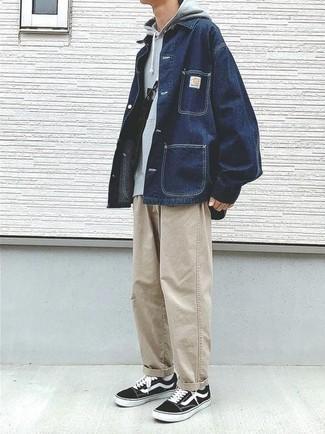 Cómo combinar una chaqueta estilo camisa vaquera azul: Intenta combinar una chaqueta estilo camisa vaquera azul junto a unos vaqueros en beige para una vestimenta cómoda que queda muy bien junta. Tenis de lona en negro y blanco añadirán un nuevo toque a un estilo que de lo contrario es clásico.