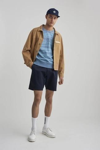 Cómo combinar unos zapatos derby de cuero blancos: Empareja una chaqueta estilo camisa marrón claro junto a unos pantalones cortos azul marino para conseguir una apariencia relajada pero elegante. Completa tu atuendo con zapatos derby de cuero blancos para mostrar tu inteligencia sartorial.