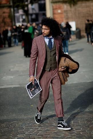 Outfits hombres: Emparejar una chaqueta estilo camisa de ante marrón con un traje burdeos es una opción perfecta para una apariencia clásica y refinada. Zapatillas altas de lona en negro y blanco contrastarán muy bien con el resto del conjunto.