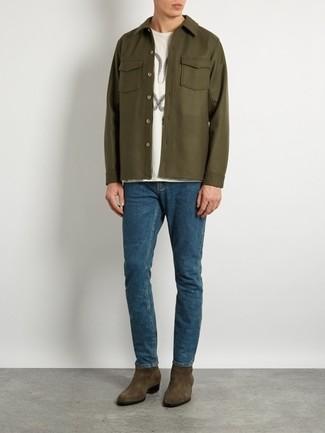 Cómo combinar: chaqueta estilo camisa verde oliva, camiseta con cuello circular estampada blanca, vaqueros azules, botines chelsea de ante verde oliva