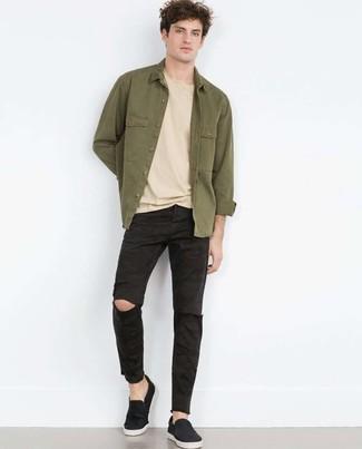 Cómo combinar: chaqueta estilo camisa verde oliva, camiseta con cuello circular en beige, vaqueros desgastados negros, zapatillas slip-on negras