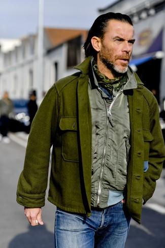 Cómo combinar: chaqueta estilo camisa de lana verde oliva, chaleco de abrigo verde oliva, vaqueros azules, bufanda de camuflaje verde oliva