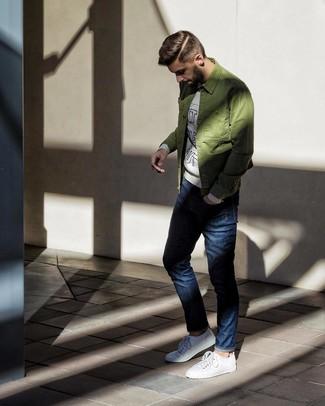 Cómo combinar: chaqueta estilo camisa verde oliva, sudadera estampada gris, vaqueros azul marino, tenis blancos