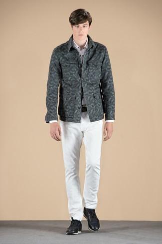 Cómo combinar: chaqueta estilo camisa de camuflaje verde oscuro, camisa de manga larga blanca, vaqueros blancos, tenis de cuero negros