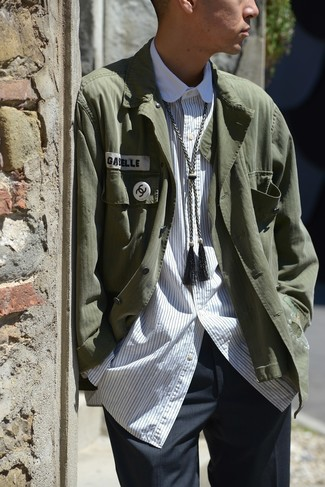 Cómo combinar: chaqueta estilo camisa verde oscuro, camisa de manga larga de rayas verticales blanca, pantalón de vestir en gris oscuro