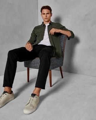 Cómo combinar unos tenis en beige: Empareja una chaqueta estilo camisa verde oscuro junto a un pantalón chino negro para lograr un estilo informal elegante. Tenis en beige añadirán interés a un estilo clásico.