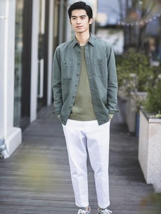 Cómo combinar: chaqueta estilo camisa verde oscuro, jersey con cuello circular verde oliva, pantalón chino blanco, tenis grises
