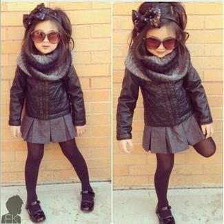 Cómo combinar: chaqueta de cuero negra, falda gris, bailarinas negras, bufanda gris