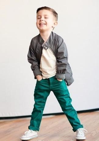 Cómo combinar: chaqueta gris, camiseta en beige, vaqueros verdes, zapatillas blancas