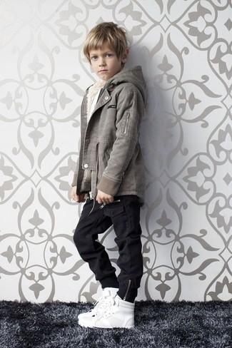 Cómo combinar: chaqueta gris, vaqueros negros, zapatillas blancas