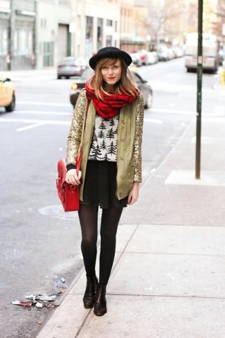 Emparejar una chaqueta de lentejuelas dorada con un sombrero de lana negro de Rag & Bone es una opción muy buena para un día en la oficina. Botines de cuero negros son una opción excelente para completar este atuendo.