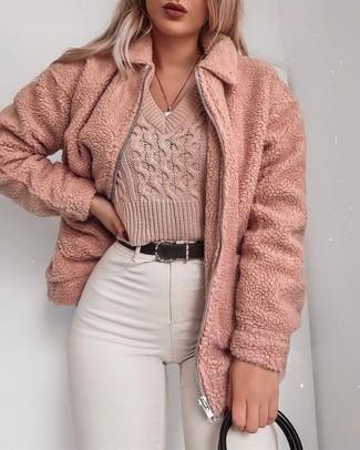 Elige una chaqueta con relieve rosada y una bolsa tote de cuero negra de Desa 1972 para una vestimenta cómoda que queda muy bien junta.