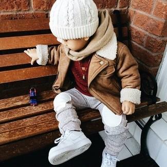 Cómo combinar: chaqueta marrón claro, jersey rojo, pantalón de chándal gris, zapatillas blancas