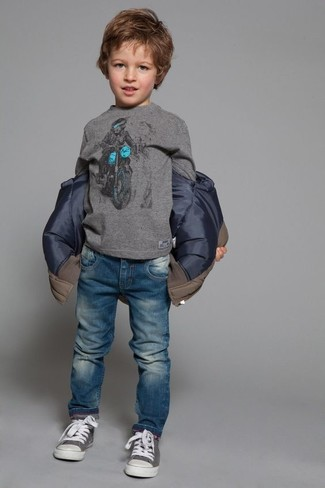 Cómo combinar: chaqueta marrón, camiseta de manga larga gris, vaqueros azules, zapatillas grises