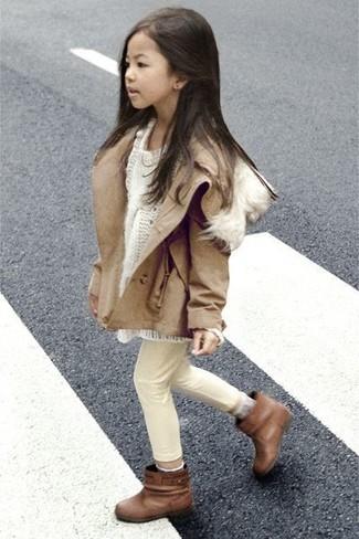 Cómo combinar: chaqueta marrón claro, jersey blanco, vaqueros en beige, botas marrónes