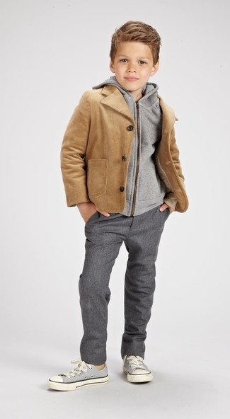Cómo combinar: chaqueta marrón claro, sudadera con capucha gris, pantalones grises, zapatillas grises