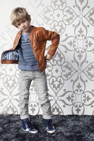 Cómo combinar: chaqueta de cuero marrón, jersey azul, vaqueros grises, zapatillas azul marino