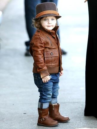 Cómo combinar: chaqueta de cuero marrón, vaqueros azules, botas de cuero marrónes, sombrero en marrón oscuro