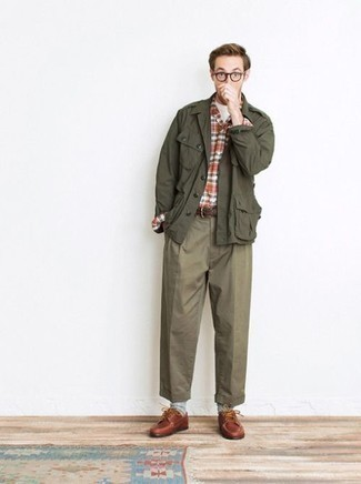 Cómo combinar una correa: Empareja una chaqueta militar verde oliva con una correa transmitirán una vibra libre y relajada. Dale onda a tu ropa con zapatos derby de cuero en tabaco.
