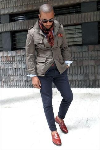 Cómo combinar: chaqueta militar gris, camisa de manga larga blanca, pantalón chino azul marino, mocasín de cuero burdeos