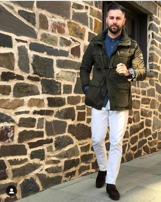 Cómo combinar: chaqueta militar verde oliva, camisa de manga larga estampada azul marino, pantalón chino blanco, mocasín de ante en marrón oscuro