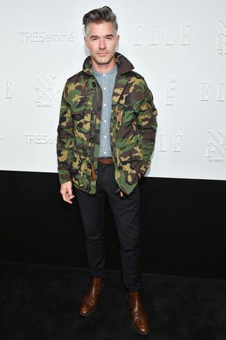Cómo combinar una chaqueta militar de camuflaje verde oliva: Haz de una chaqueta militar de camuflaje verde oliva y un pantalón chino negro tu atuendo para cualquier sorpresa que haya en el día. ¿Te sientes valiente? Opta por un par de botines chelsea de cuero marrónes.