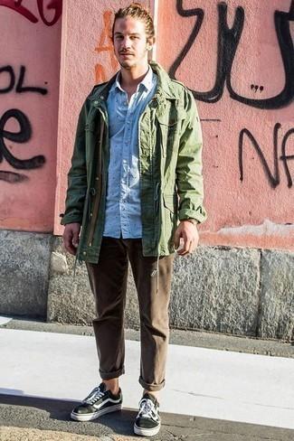Cómo combinar un pantalón chino marrón para hombres de 20 años: La versatilidad de una chaqueta militar verde oliva y un pantalón chino marrón los hace prendas en las que vale la pena invertir. ¿Quieres elegir un zapato informal? Opta por un par de tenis de lona en negro y blanco para el día.