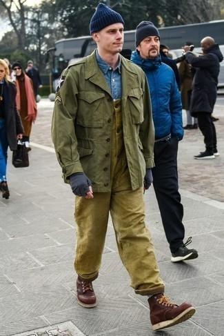 Cómo combinar unas botas: Para un atuendo que esté lleno de caracter y personalidad intenta ponerse una chaqueta militar verde oliva y un peto verde oliva. Opta por un par de botas para mostrar tu inteligencia sartorial.