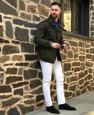 Cómo combinar: chaqueta militar verde oscuro, camisa de manga larga de cambray azul marino, vaqueros blancos, mocasín de ante en marrón oscuro