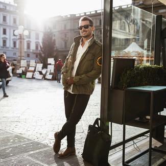 Cómo combinar una bolsa tote de cuero negra: Utiliza una chaqueta militar verde oliva y una bolsa tote de cuero negra para un look agradable de fin de semana. Con el calzado, sé más clásico y elige un par de botines chelsea de ante marrónes.