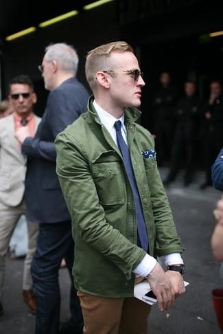 Considera emparejar una chaqueta militar verde oscuro de Maison Margiela con un pantalón chino tabaco para cualquier sorpresa que haya en el día.