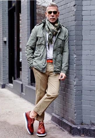 Cómo combinar: chaqueta militar gris, camisa de vestir blanca, pantalón chino marrón claro, zapatos brogue de cuero rojos