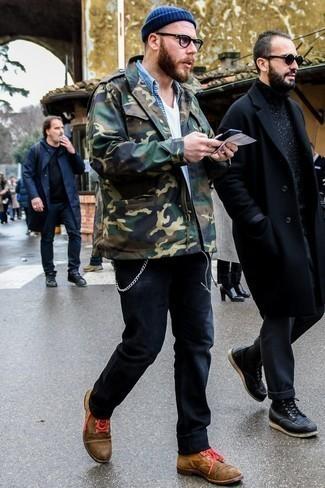 Cómo combinar unas botas casual de ante en tabaco: Elige una chaqueta militar de camuflaje verde oliva y unos vaqueros negros para lidiar sin esfuerzo con lo que sea que te traiga el día. Activa tu modo fiera sartorial y haz de botas casual de ante en tabaco tu calzado.