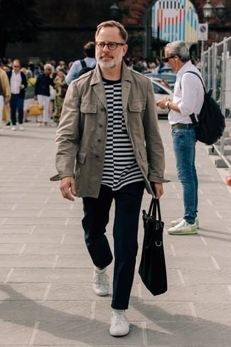 Cómo combinar una camiseta con cuello circular de rayas horizontales: Utiliza una camiseta con cuello circular de rayas horizontales y un pantalón chino negro para conseguir una apariencia relajada pero elegante. Tenis blancos son una opción perfecta para complementar tu atuendo.