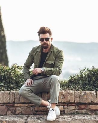 Outfits hombres: Elige una chaqueta militar verde oliva y un pantalón chino gris para un almuerzo en domingo con amigos. Haz este look más informal con tenis de cuero blancos.