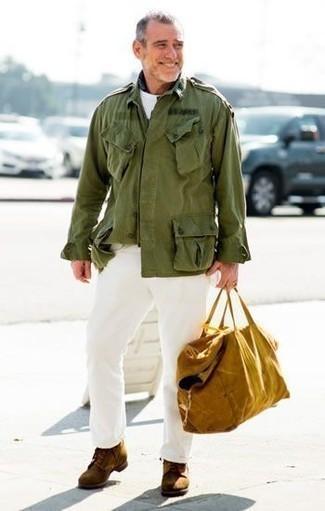 Cómo combinar unas botas casual de ante en tabaco: Intenta combinar una chaqueta militar verde oliva con un pantalón chino blanco para una vestimenta cómoda que queda muy bien junta. Botas casual de ante en tabaco son una opción estupenda para complementar tu atuendo.