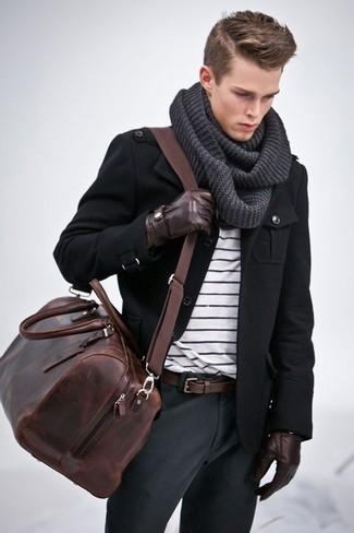 Elige una chaqueta militar negra y un pantalón chino gris oscuro para cualquier sorpresa que haya en el día.