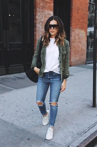 Empareja una chaqueta militar verde oscuro junto a unos vaqueros pitillo desgastados azules transmitirán una vibra libre y relajada. Tenis de lona blancos son una opción estupenda para complementar tu atuendo.