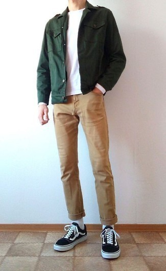Cómo combinar unos vaqueros estilo casuale: Intenta combinar una chaqueta militar verde oscuro junto a unos vaqueros para un look diario sin parecer demasiado arreglada. Tenis de lona en negro y blanco añadirán un nuevo toque a un estilo que de lo contrario es clásico.