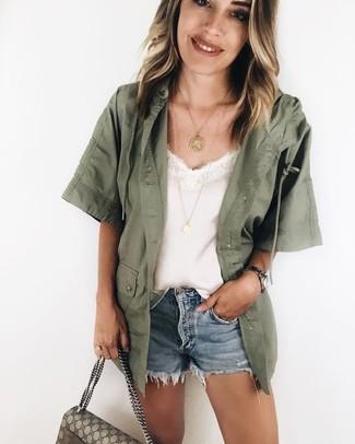 Cómo combinar: chaqueta militar verde oliva, camiseta sin manga de seda blanca, pantalones cortos vaqueros celestes, bolso de hombre de lona estampado en beige