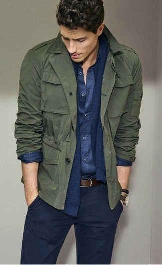 Cómo combinar: chaqueta militar verde oliva, cárdigan azul marino, camisa de manga larga de cambray azul marino, pantalón chino azul marino