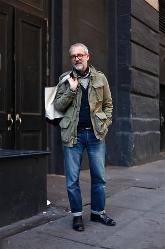 Cómo combinar una bolsa tote de lona blanca: Emparejar una chaqueta militar verde oliva con una bolsa tote de lona blanca es una opción inmejorable para el fin de semana. Con el calzado, sé más clásico y haz zapatos derby de cuero negros tu calzado.