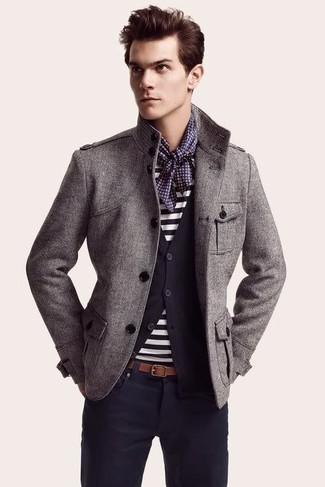 Cómo combinar: chaqueta militar gris, cárdigan azul marino, camiseta con cuello circular de rayas horizontales en blanco y azul marino, pantalón chino azul marino