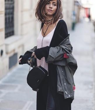 Cómo combinar: chaqueta militar en gris oscuro, cárdigan largo negro, camiseta sin manga de seda blanca, vaqueros pitillo negros