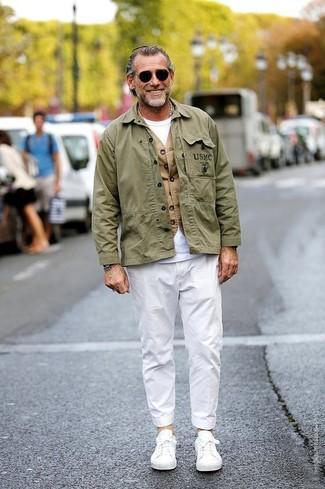 Cómo combinar: chaqueta militar verde oliva, chaleco de vestir marrón claro, camiseta con cuello circular blanca, pantalón chino blanco