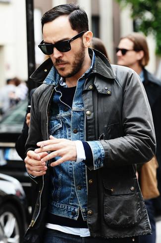 Cómo combinar: chaqueta militar en gris oscuro, chaqueta vaquera azul, jersey con cuello circular azul marino, camisa de manga larga blanca
